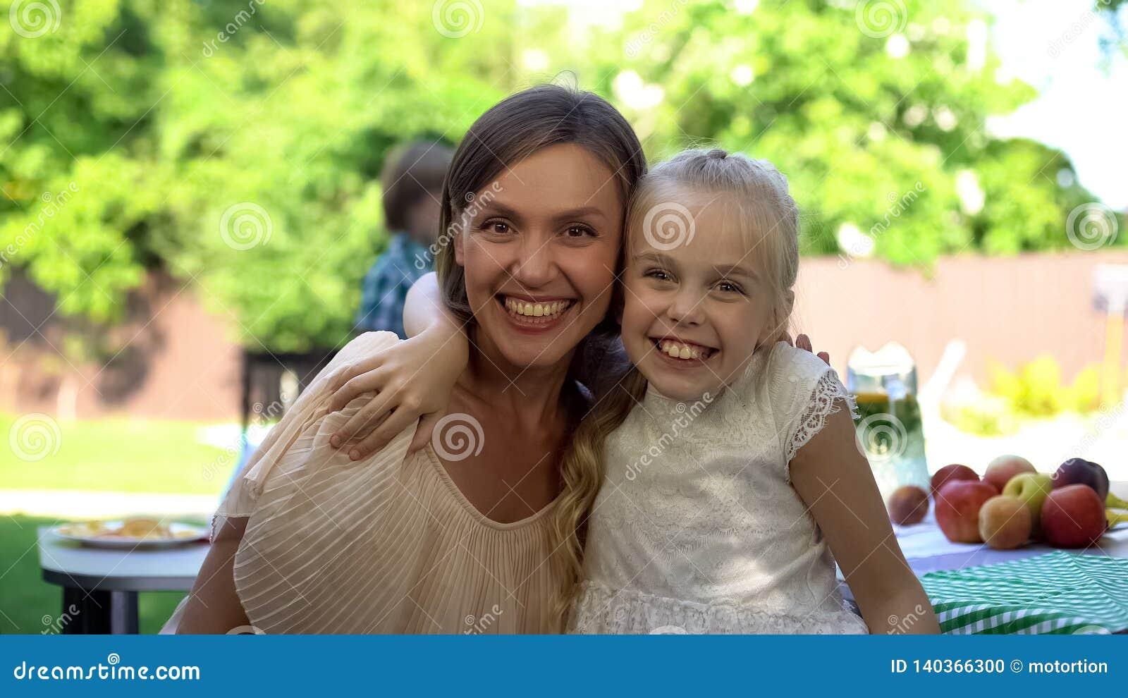 Hija alegre que abraza a la madre feliz, relaciones de familia emprendedoras, unidad