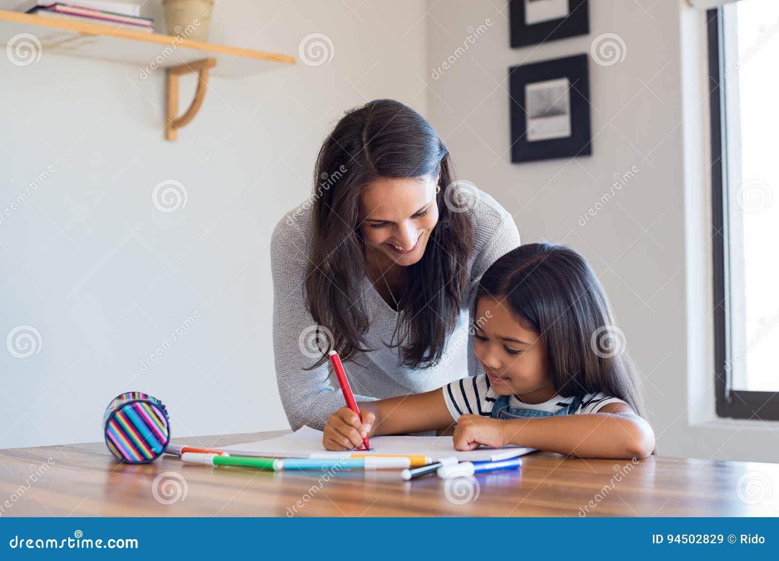 Hija de ayuda de la madre dibujar