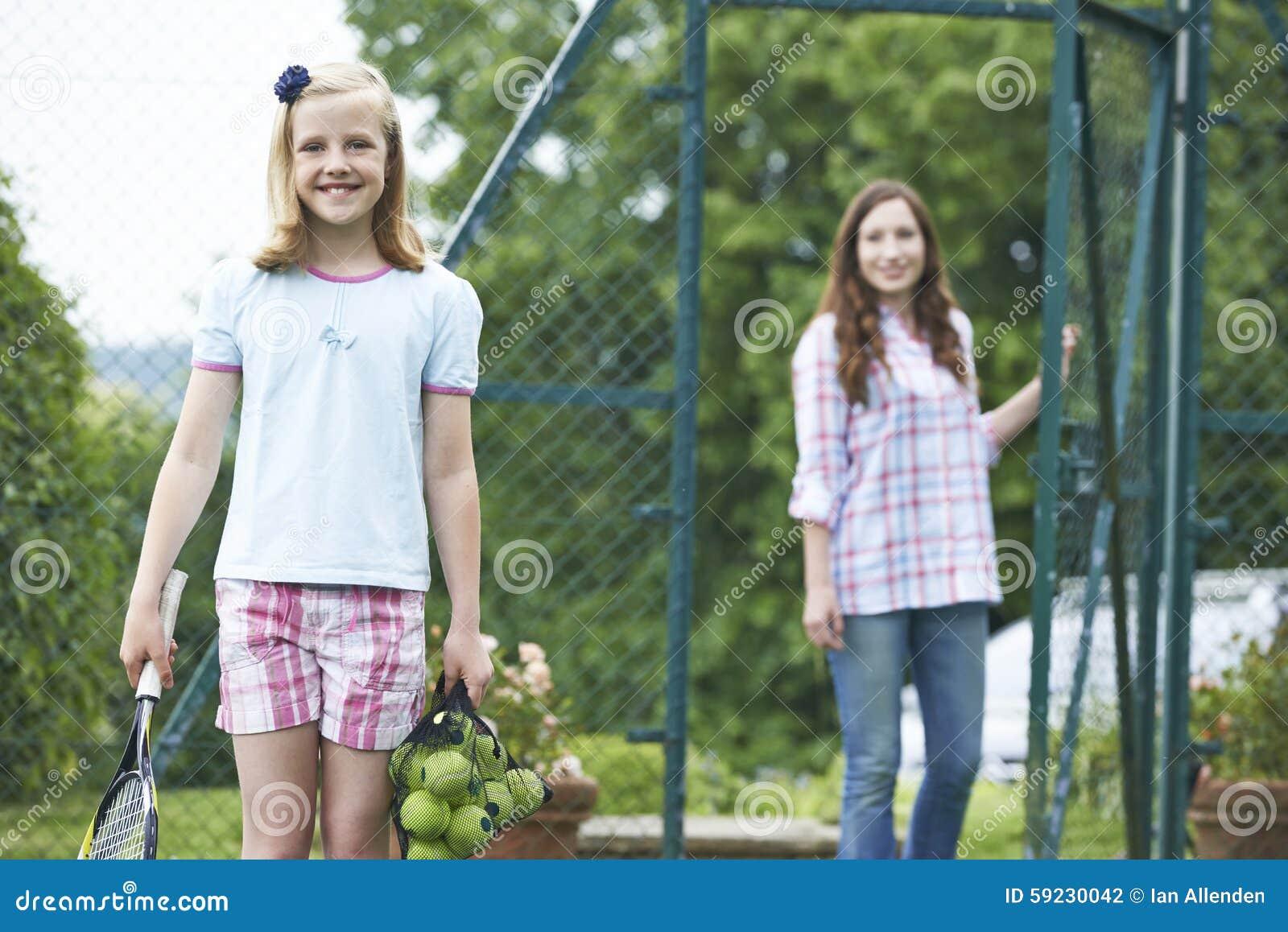 Download Hija De Caída De La Madre Apagado Para La Lección De Tenis Foto de archivo - Imagen de lección, sano: 59230042