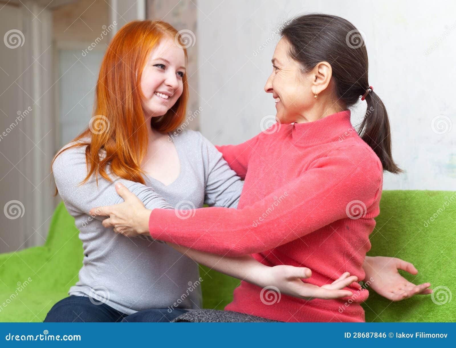 Hija de la madre y del adolescente que se abraza