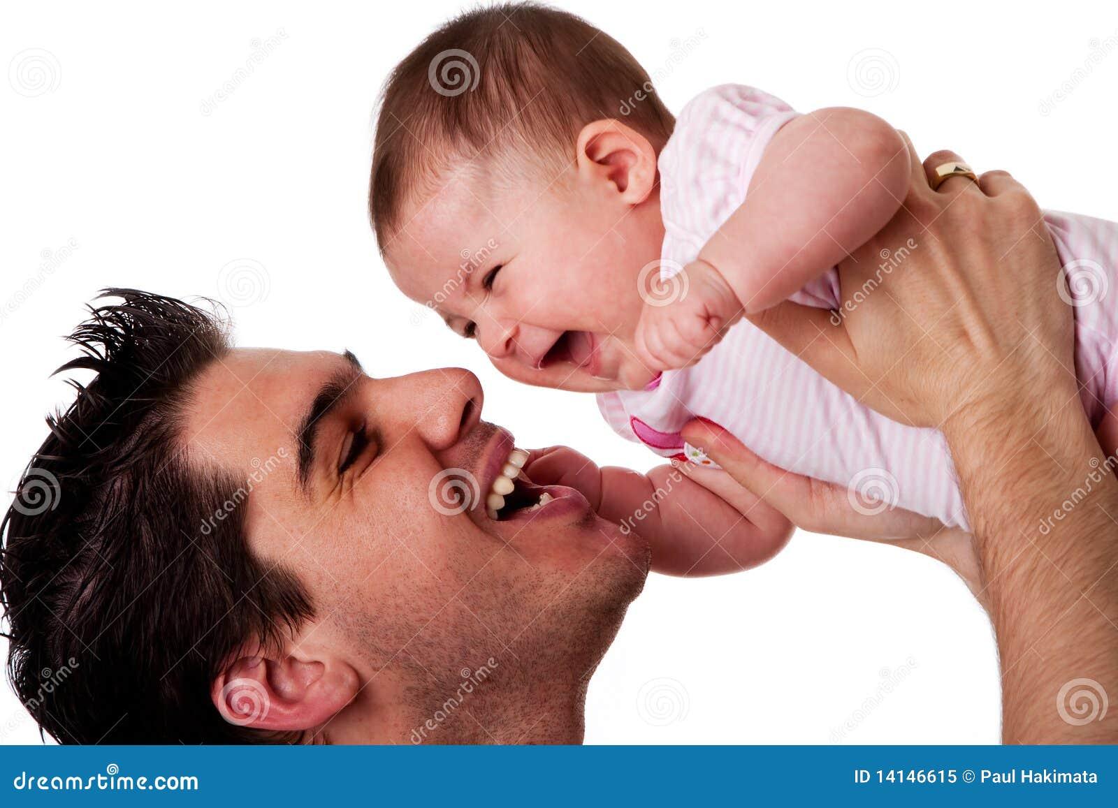Hija de risa feliz del padre y del bebé