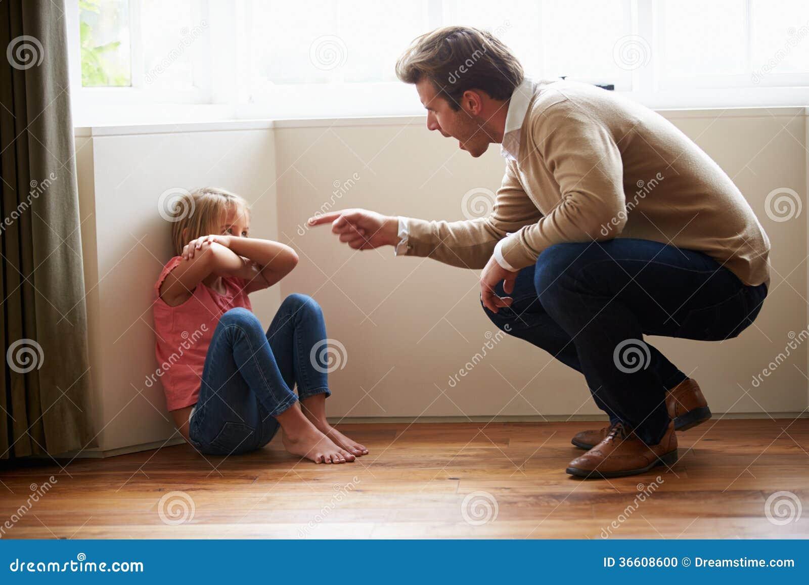 Hija de Shouting At Young del padre