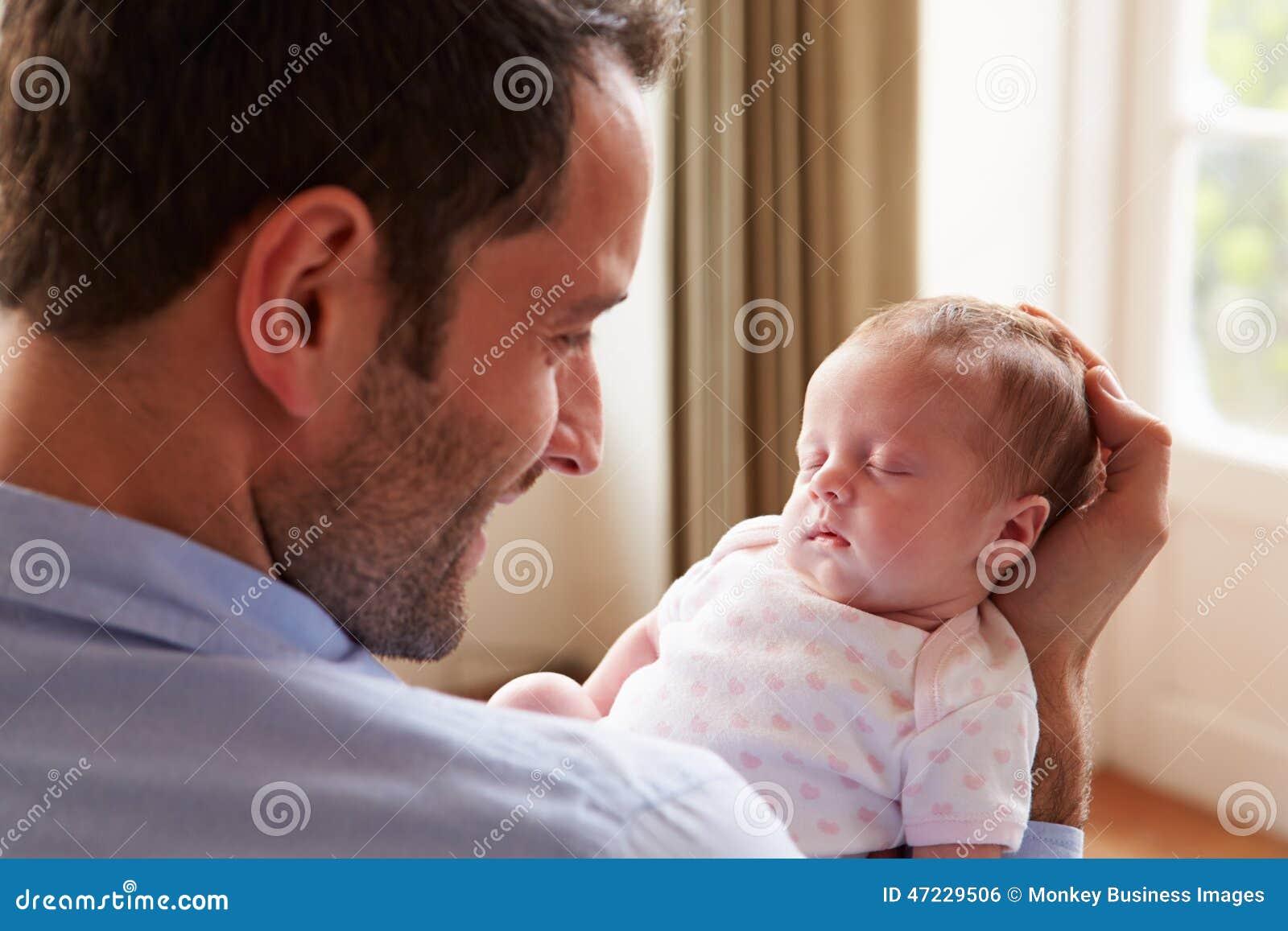 Hija recién nacida durmiente del bebé de At Home With del padre