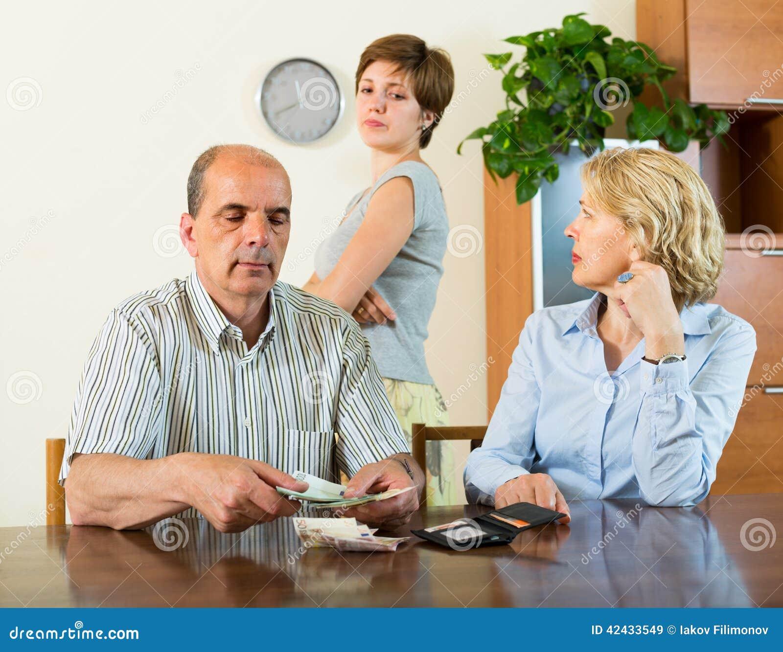 Hija y padres adultos con el dinero