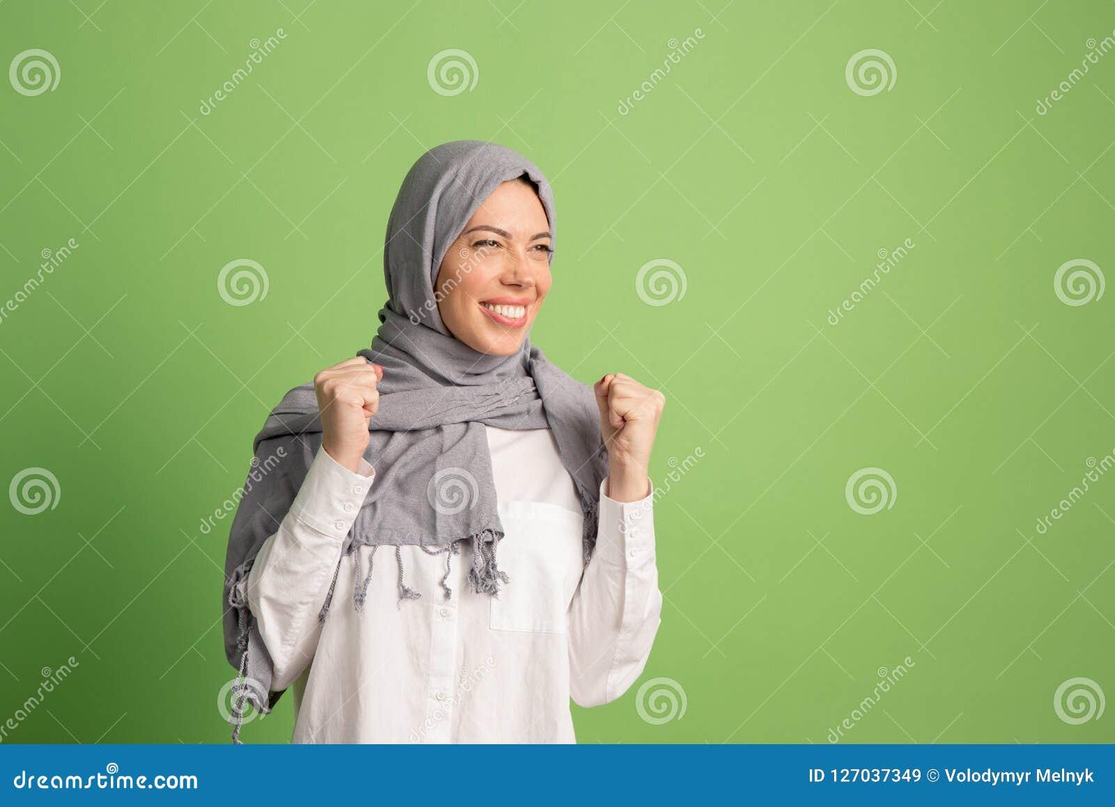 Hijab的愉快的阿拉伯妇女 微笑的女孩画象,摆在演播室背景