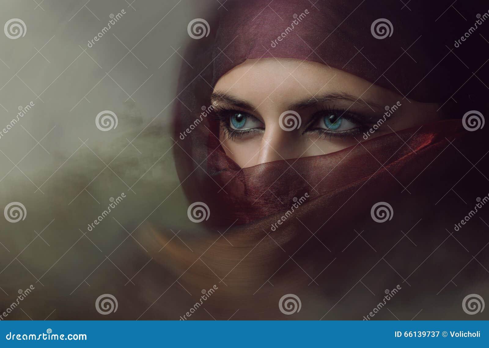 Hijab的年轻阿拉伯妇女与性感的蓝眼睛