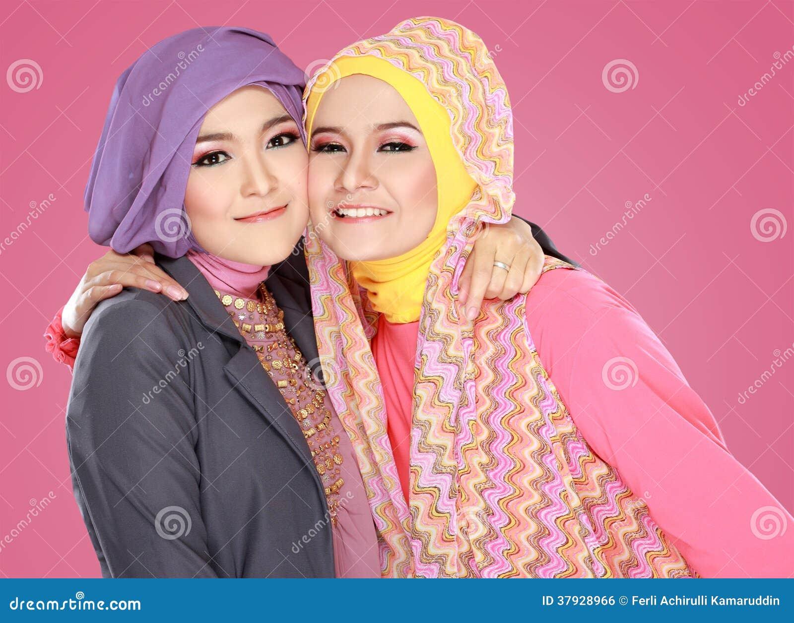 Hijab девушки нося лежа на траве смотря до copyspace