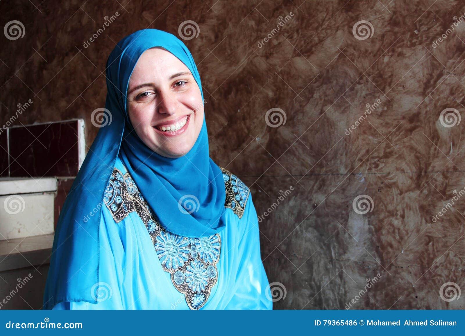 Hijab счастливой арабской мусульманской женщины нося