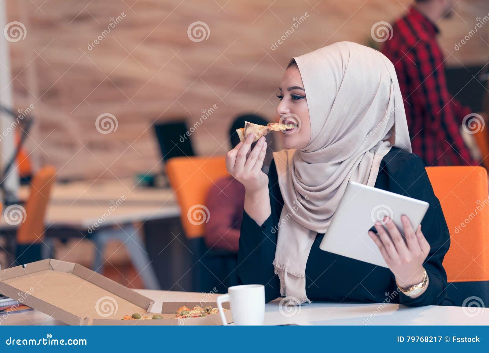 Hijab de port arabe de femme d affaires fonctionnant dans le