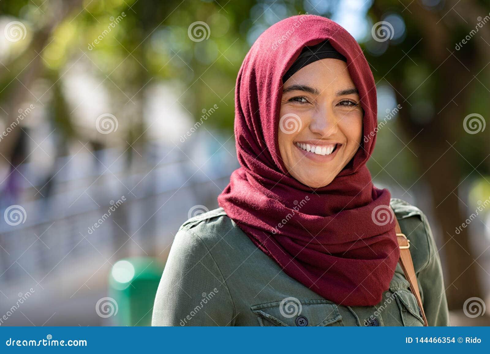 Hijab vestindo da jovem mulher muçulmana