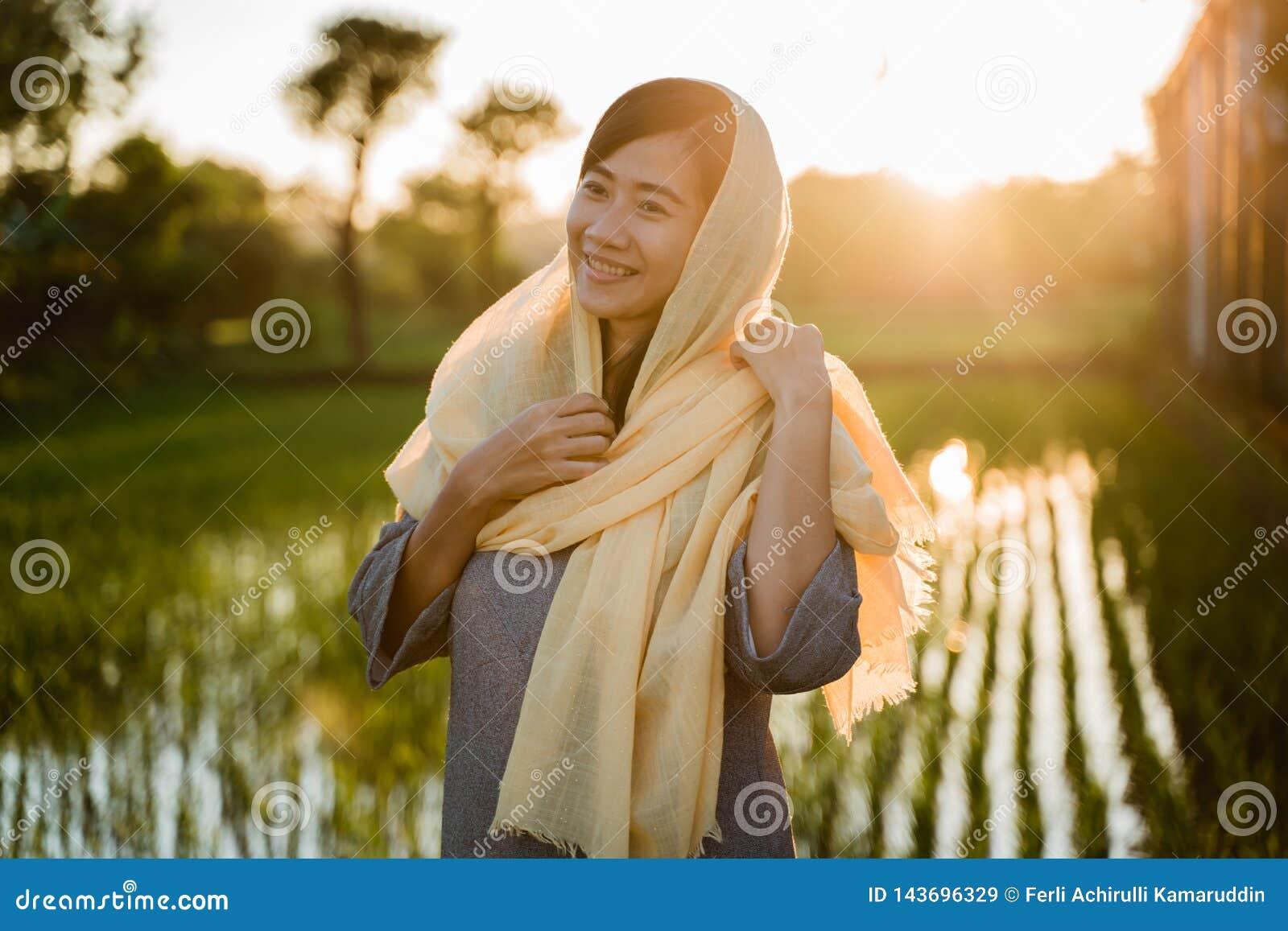 Hijab vestindo da mulher asi?tica nova