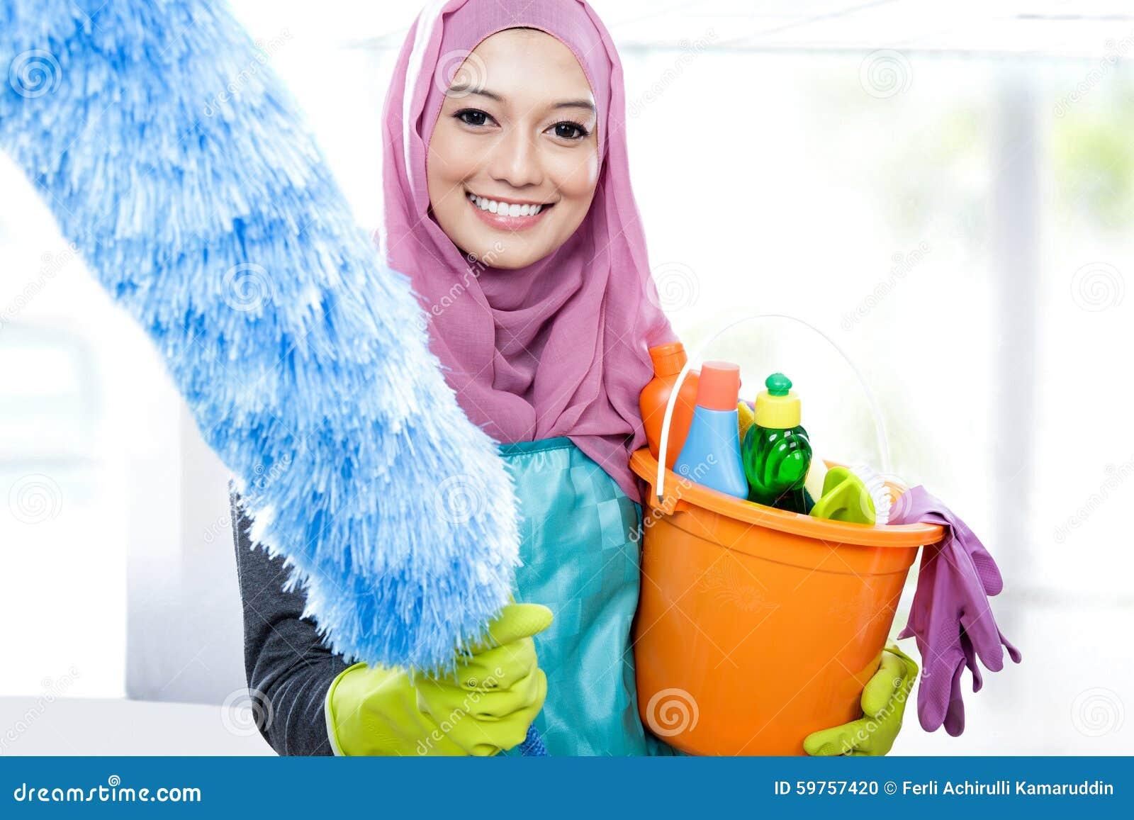 Hijab vestindo de sorriso da jovem mulher mais limpa