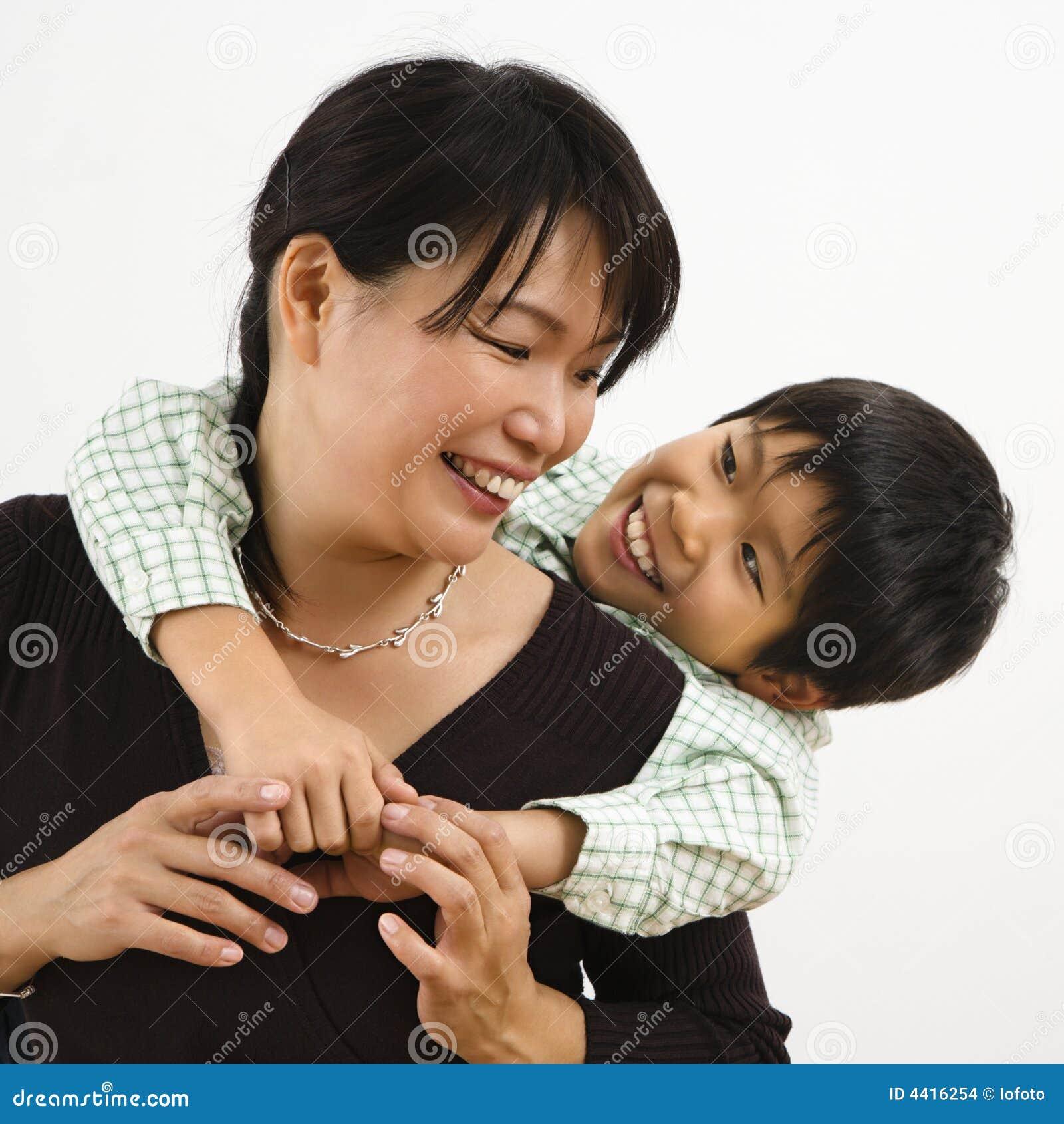 Joven y delgada mamá asiática 3