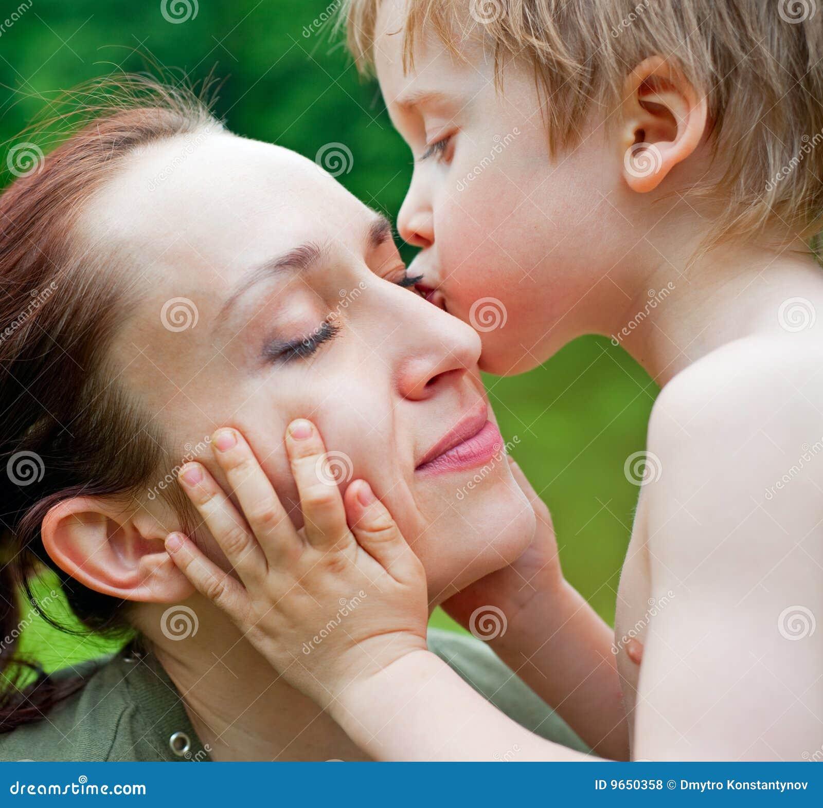 Hijo que besa a su madre