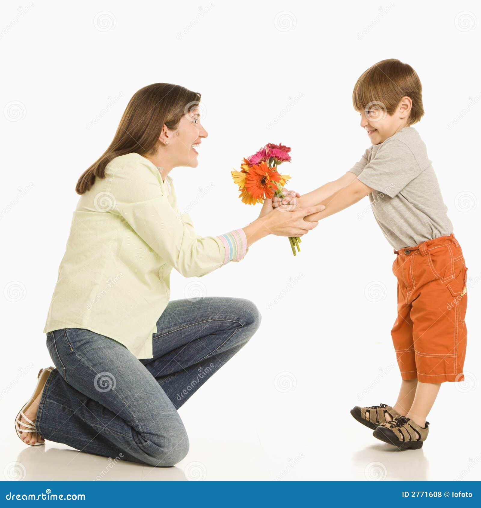 Hijo que da las flores de la madre.