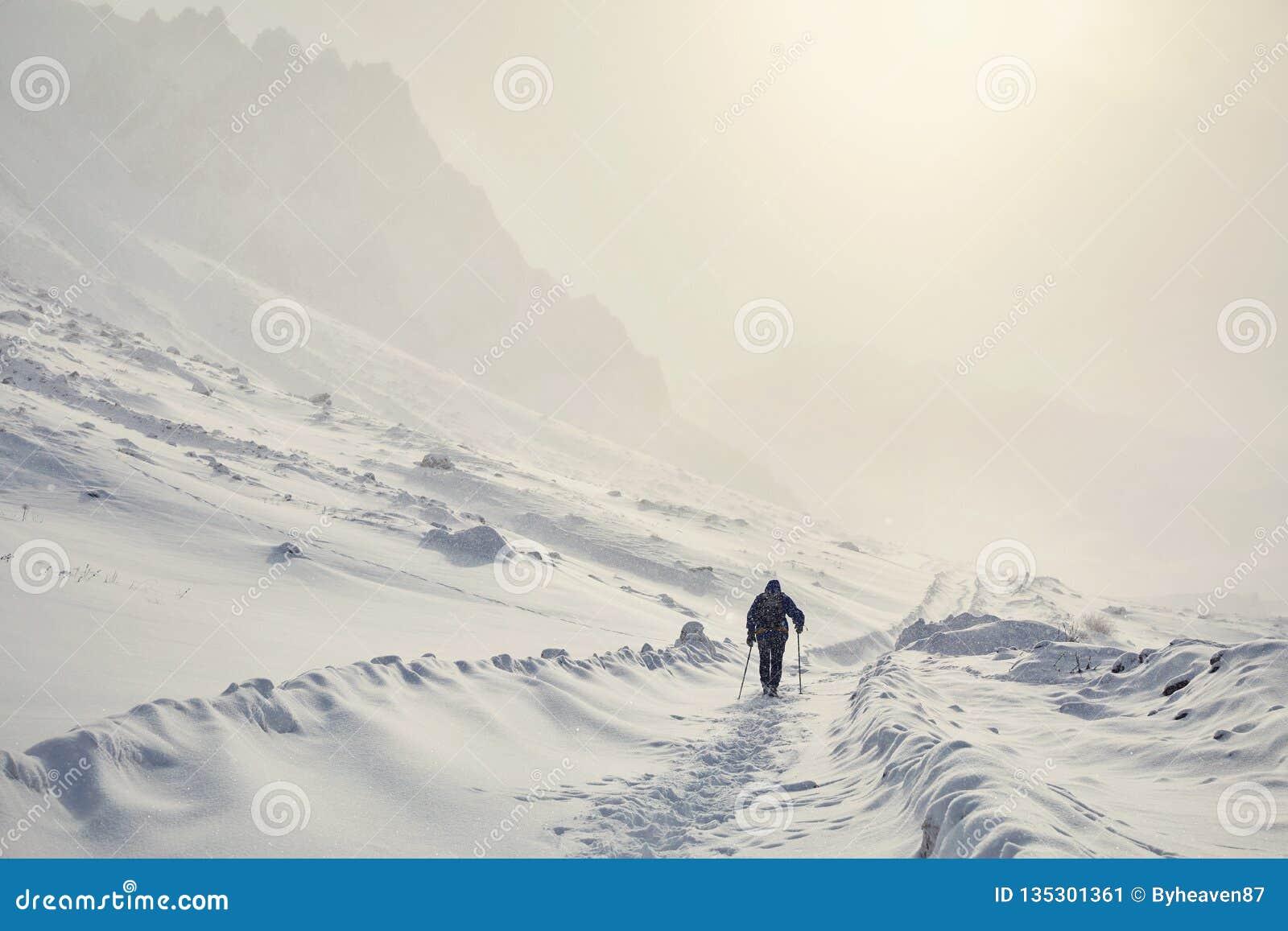 Hiker в горах снега