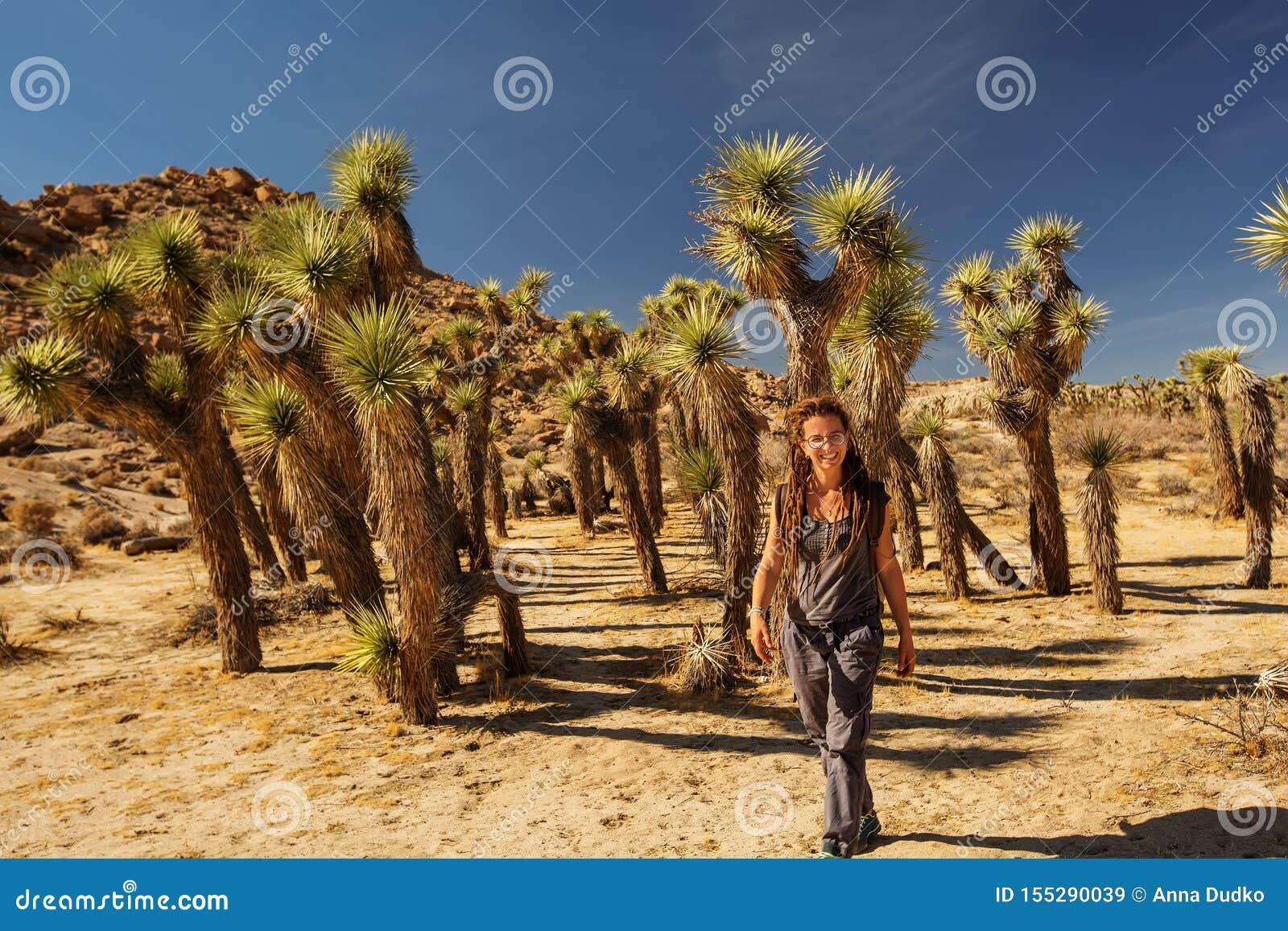 Hiker в национальном парке дерева Иешуа