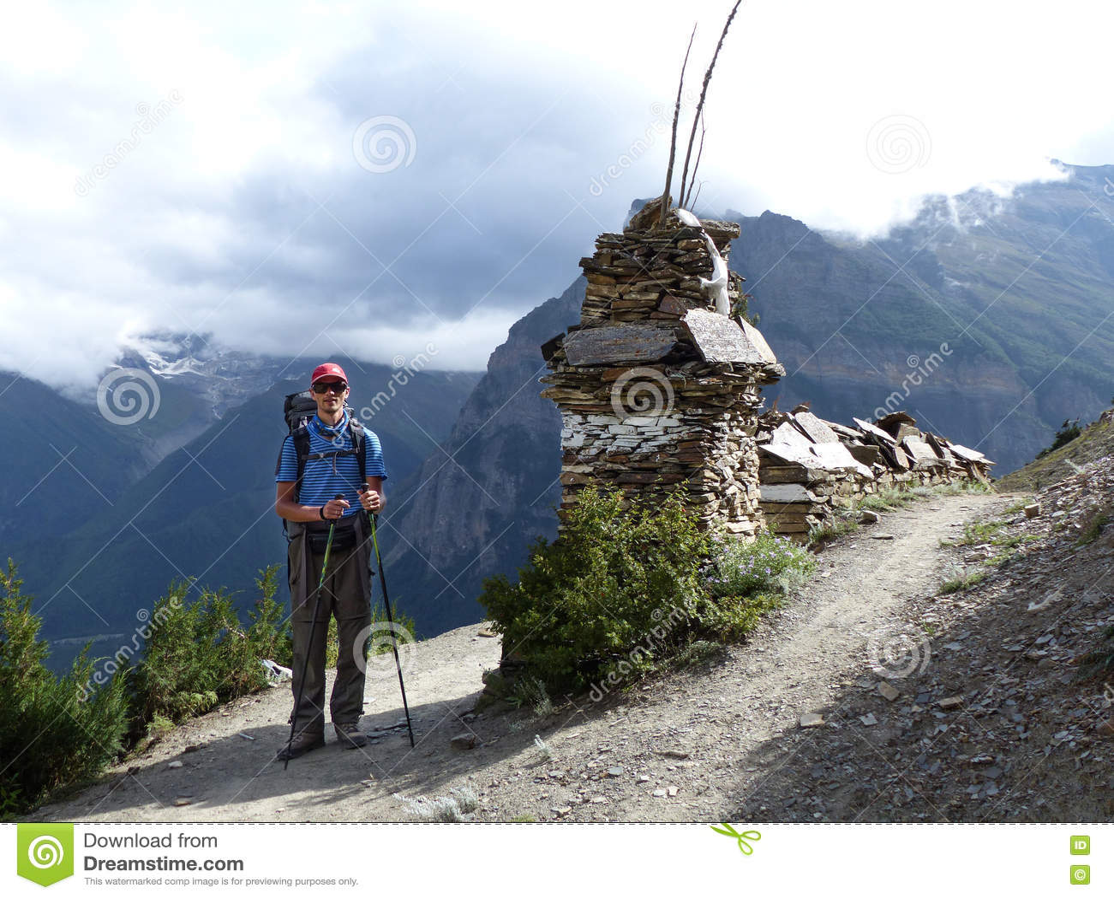 Hiker в осенних Гималаях