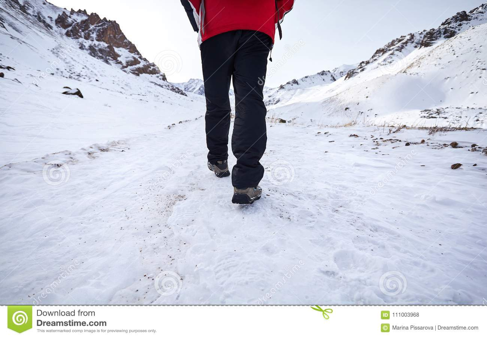 Hiker в снежных горах