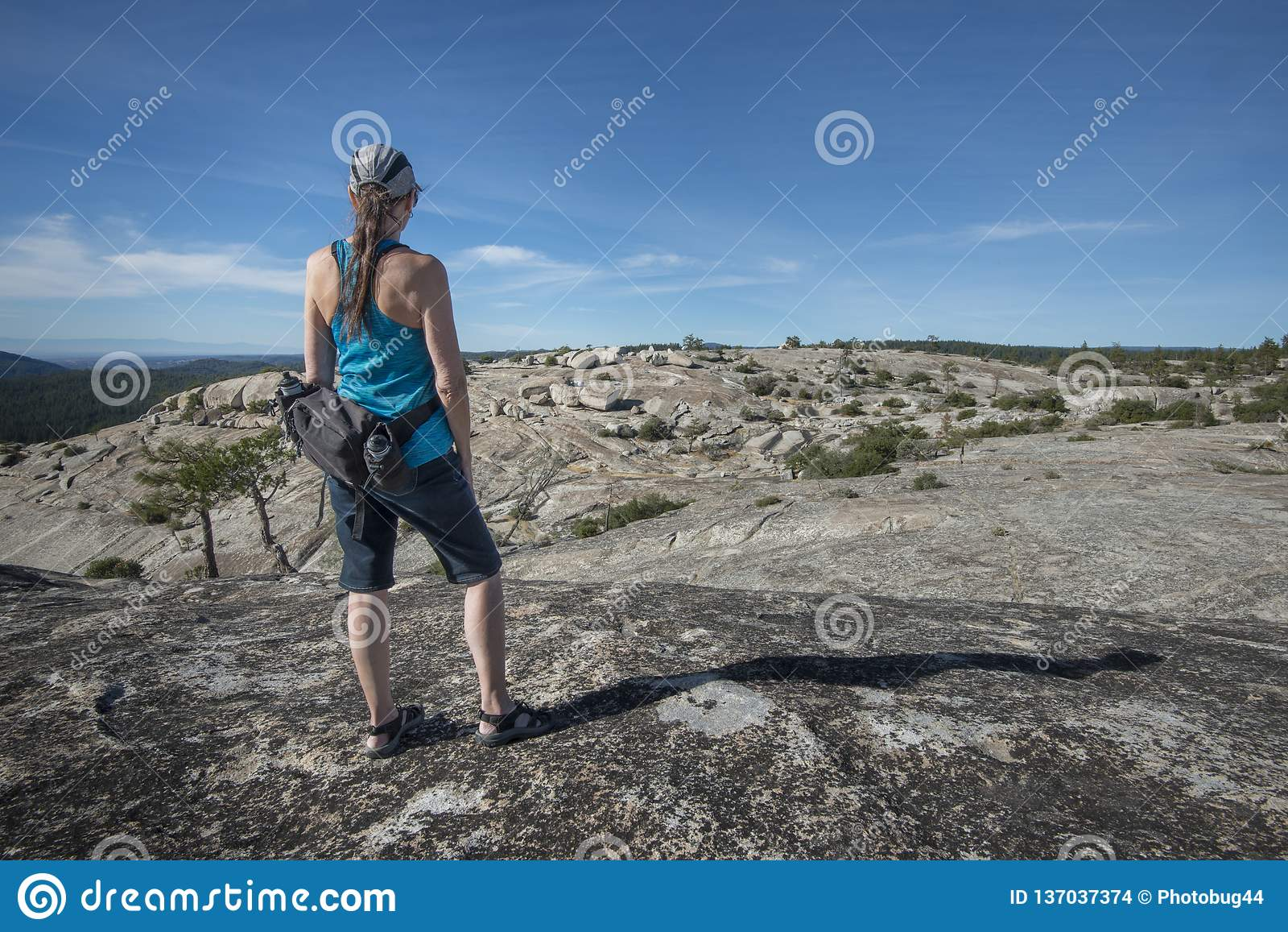 Hiker женщины наверху горы утеса