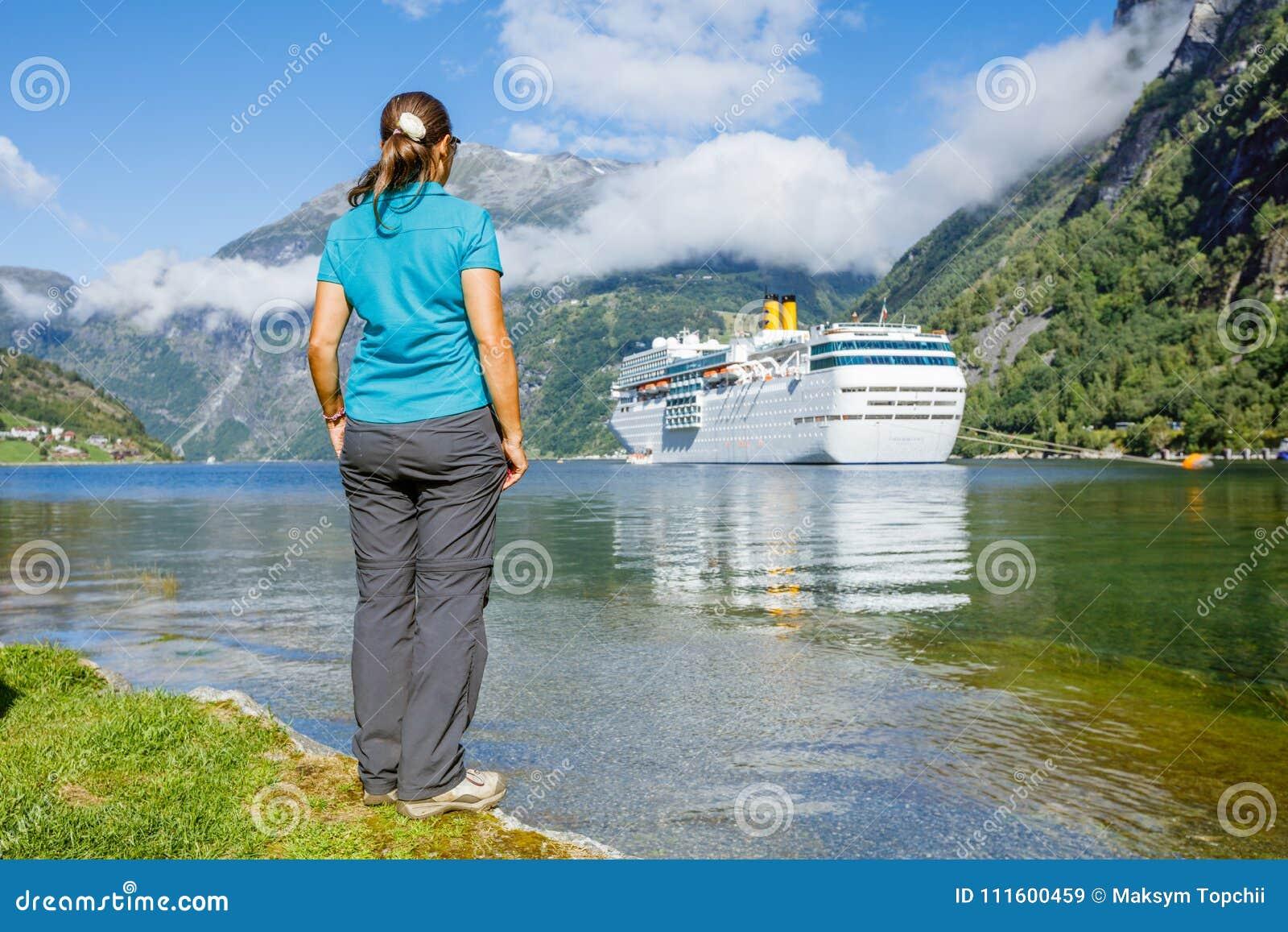 Hiker женщины наслаждаясь сценарными ландшафтами, Geirangerfjord