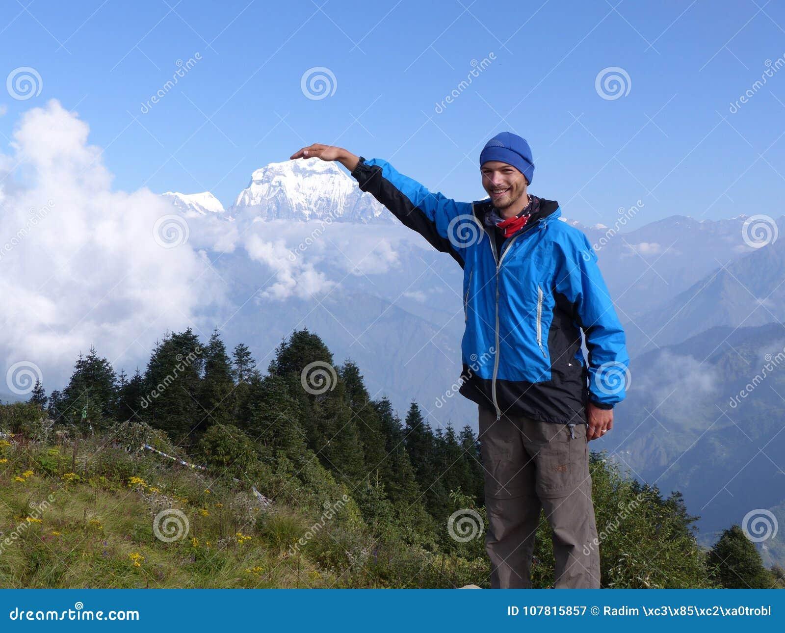 Hiker на холме Poon, ряде Dhaulagiri, Непале