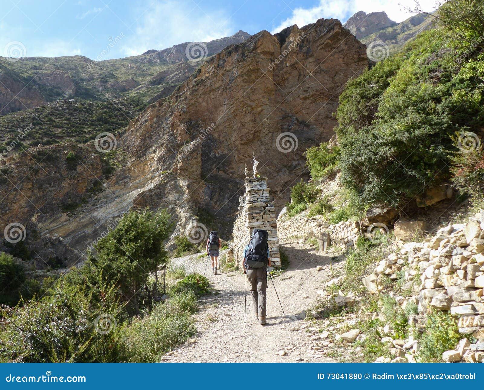 Hikers в осенних Гималаях
