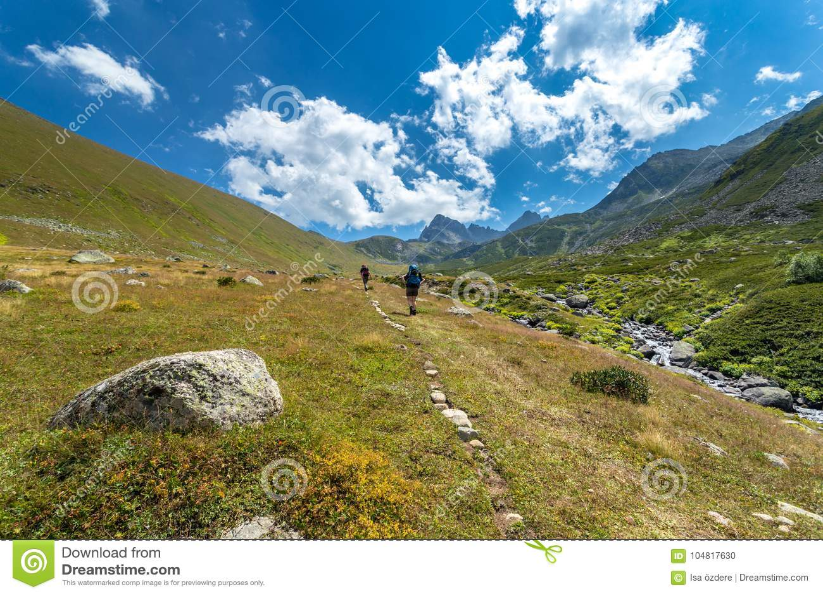 Hikers при большие рюкзаки на горе Kackarlar