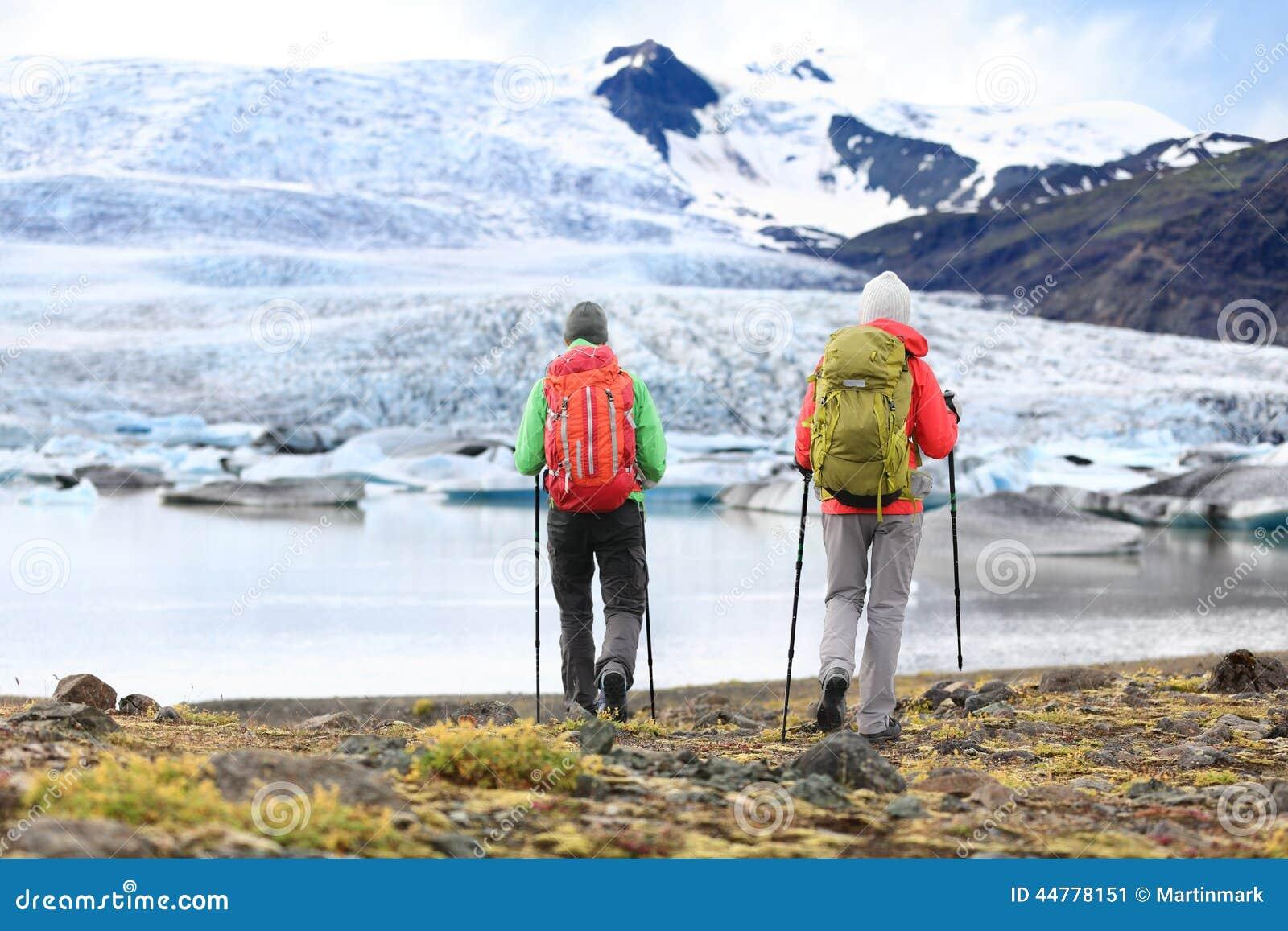 Hikers - люди на перемещении приключения на Исландии