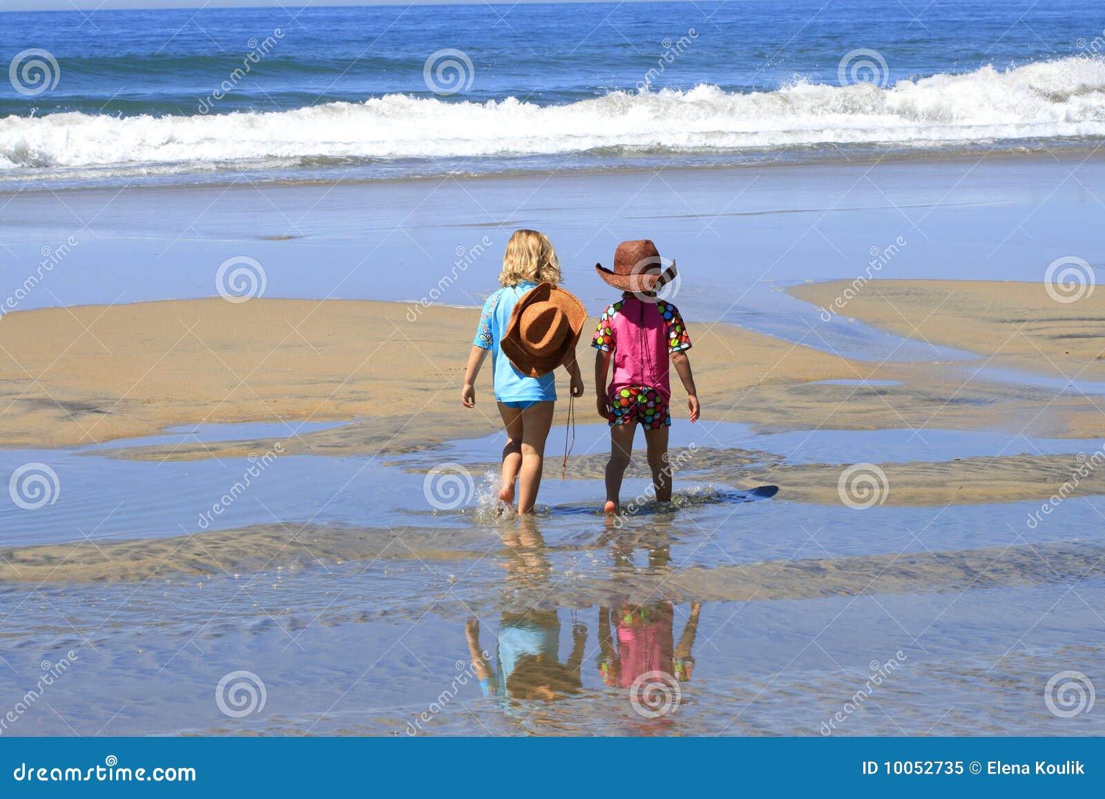 ?hildren está andando na praia