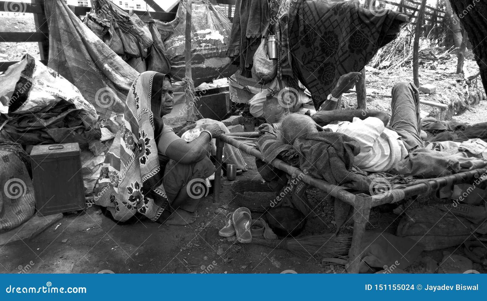 Hilflose arme Familie, die auf Straßenseite lebt Kein Körper ist dort, sich um ihnen zu kümmern Ehemann und Frau an ihrem hohen A
