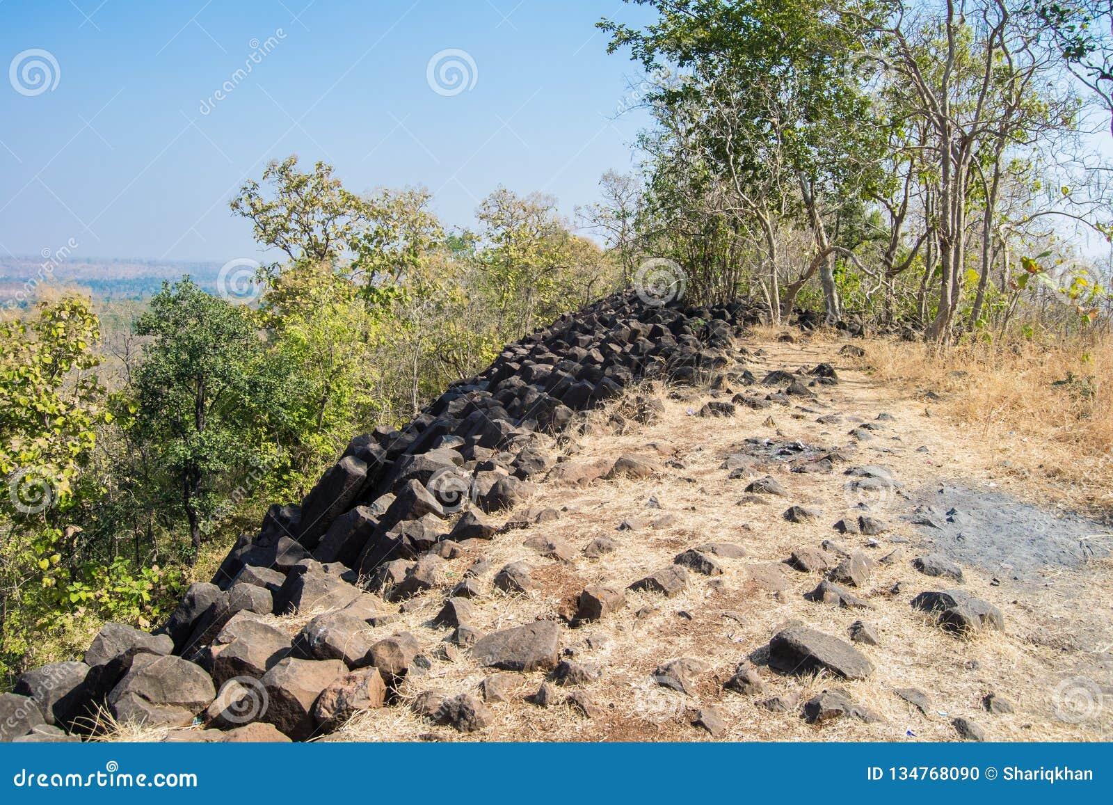 Hill με τους βασικούς σχηματισμούς βράχου στηλών Ινδία