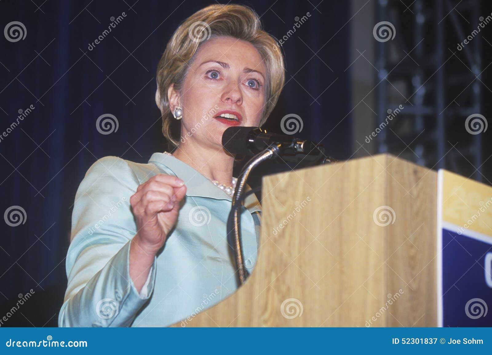 Hillary Rodham Clinton, habla en el comité nacional de los delegados del Latino, en los 2000 convenios Democratic en Staples Cent