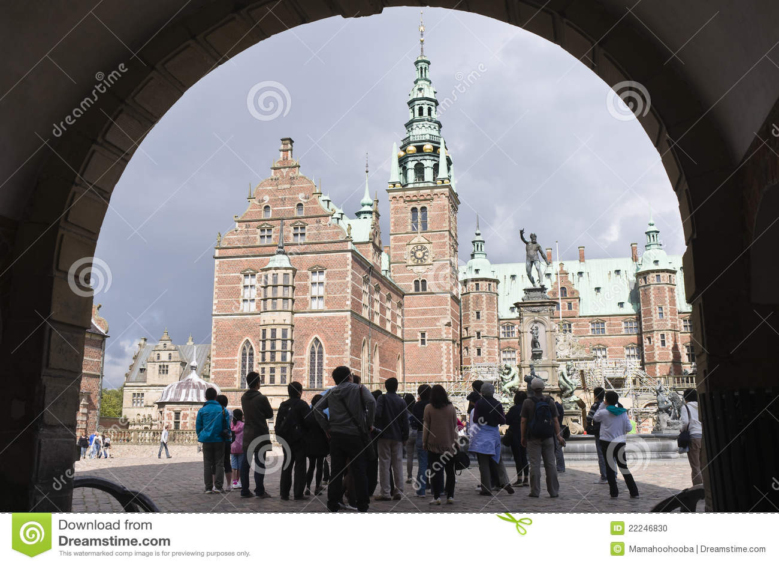 Hilleroed, Dinamarca: turistas en el castl de Frederiksborg
