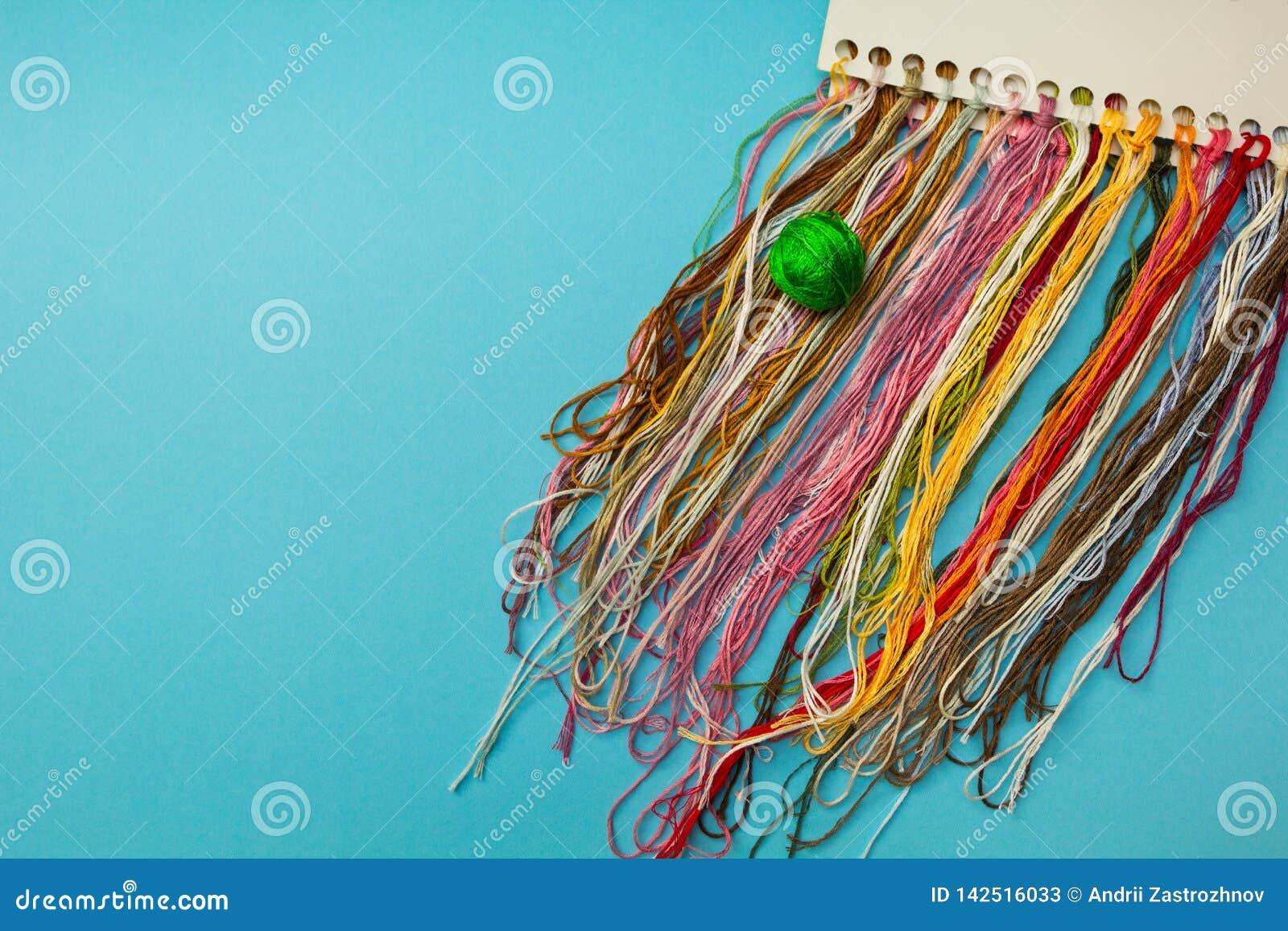 Hilos multicolores para el bordado hecho en casa