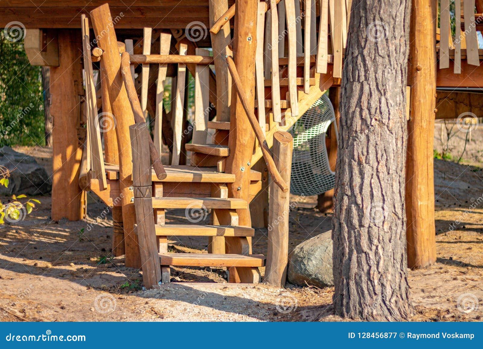 HILVARENBEEK, PAÍSES BAIXOS - 1º DE AGOSTO DE 2018: Ser de madeira das cabanas rústicas de madeira