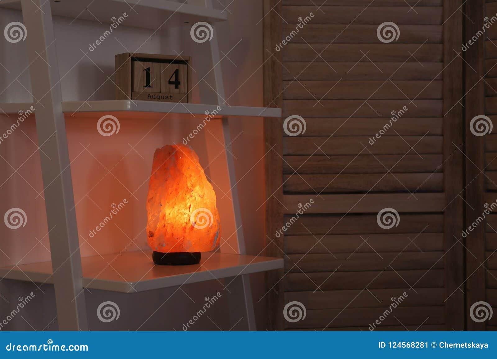 Himalajska solankowa lampa na półce