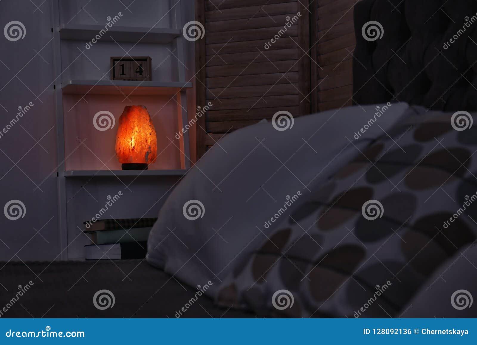 Himalayan salt lampa på hylla