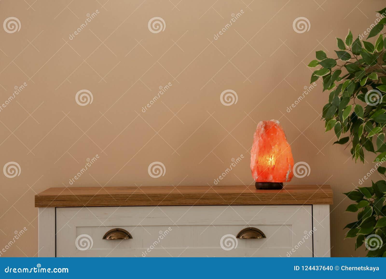 Himalayan salt lampa på kabinettet