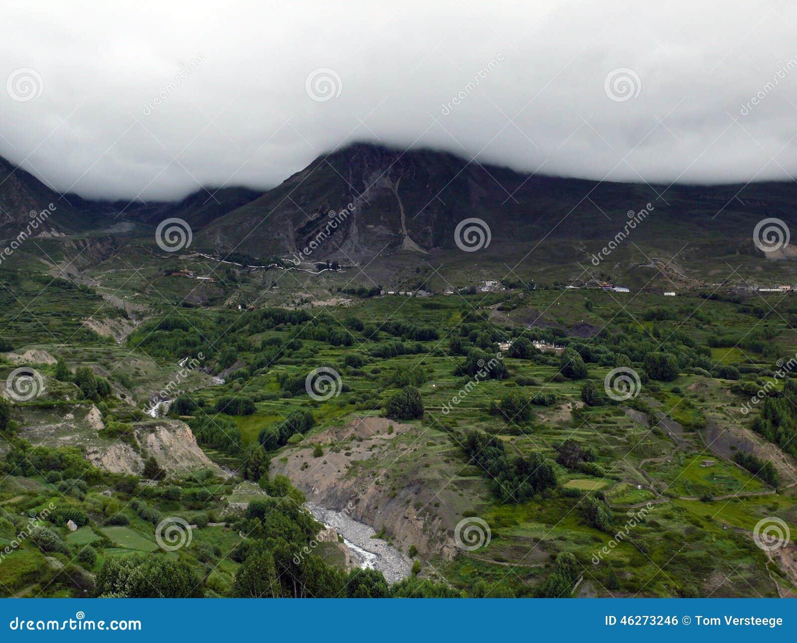 Himalayanlandschap dichtbij Muktinath in Moesson