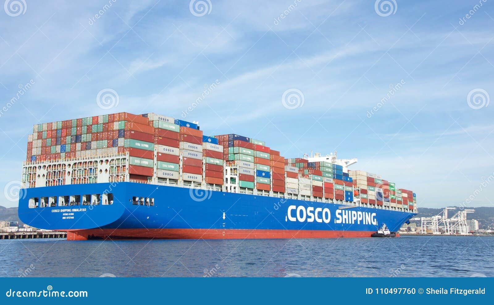HIMALAYAS do TRANSPORTE do navio de carga COSCO que entram no porto de Oakland