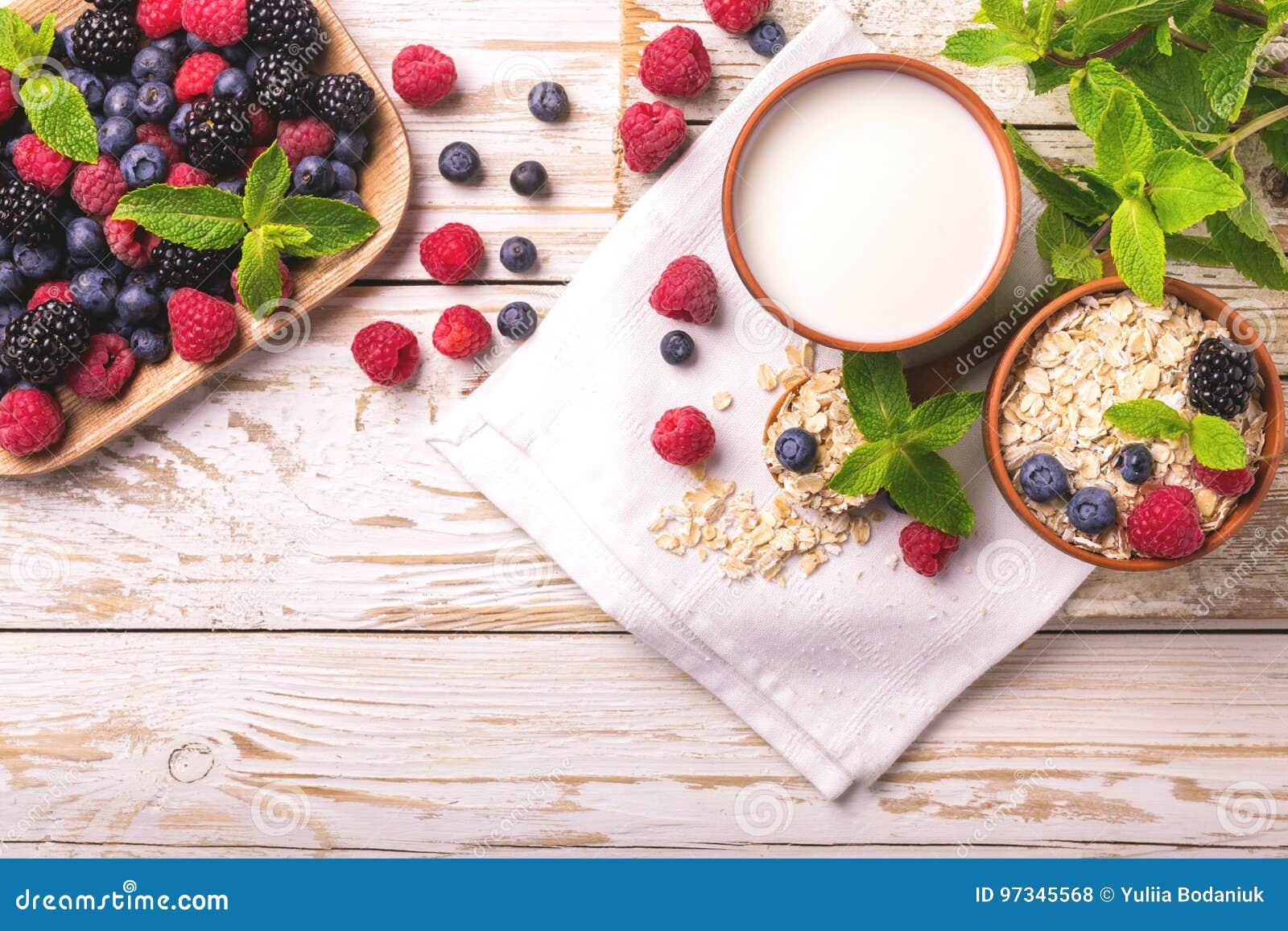 Himbeere, Brombeere und Blaubeere, Hafermehlfrühstück mit Milch