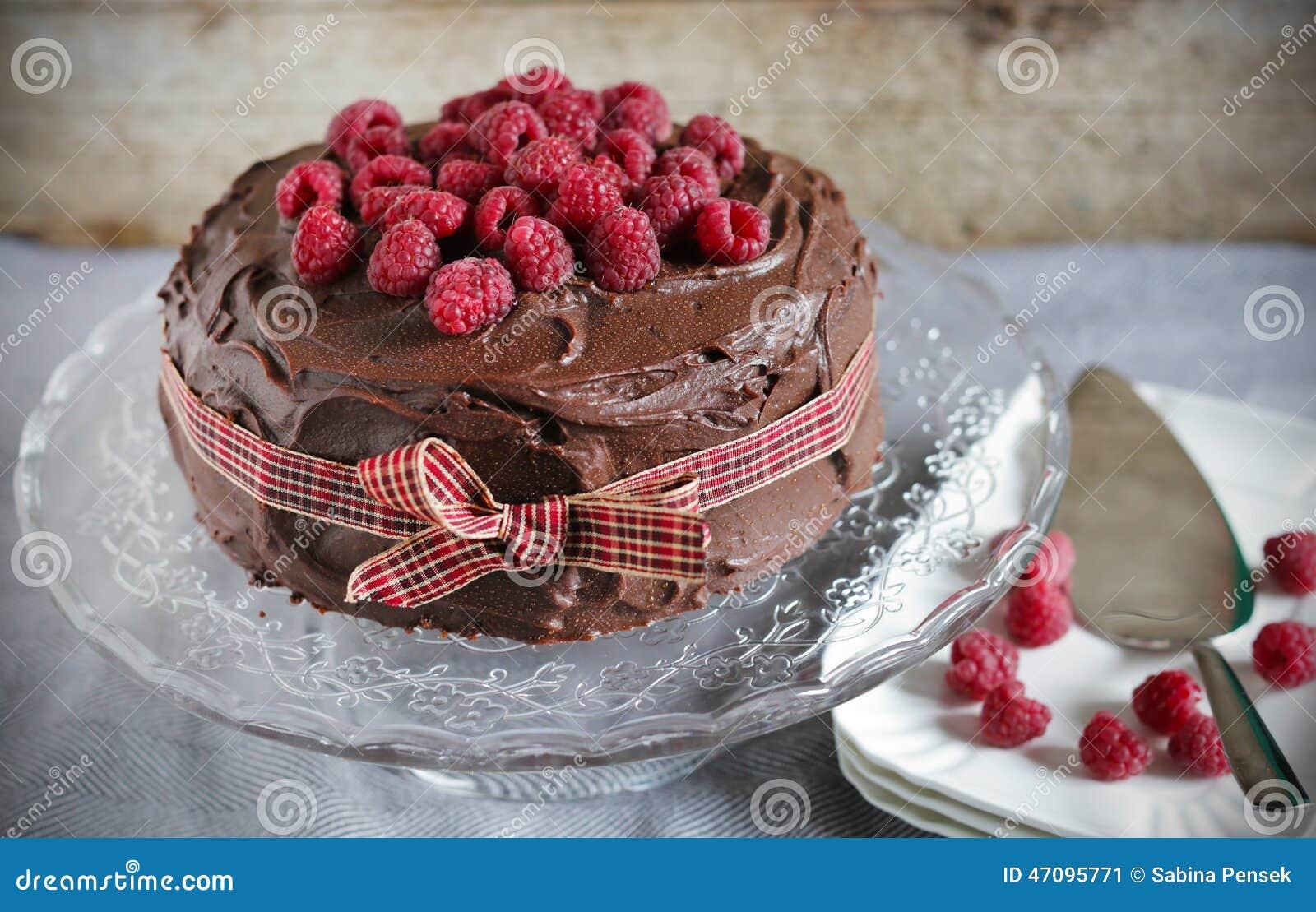 Himbeeren Und Schokolade Flussiger Ganache Kuchen Stockbild Bild