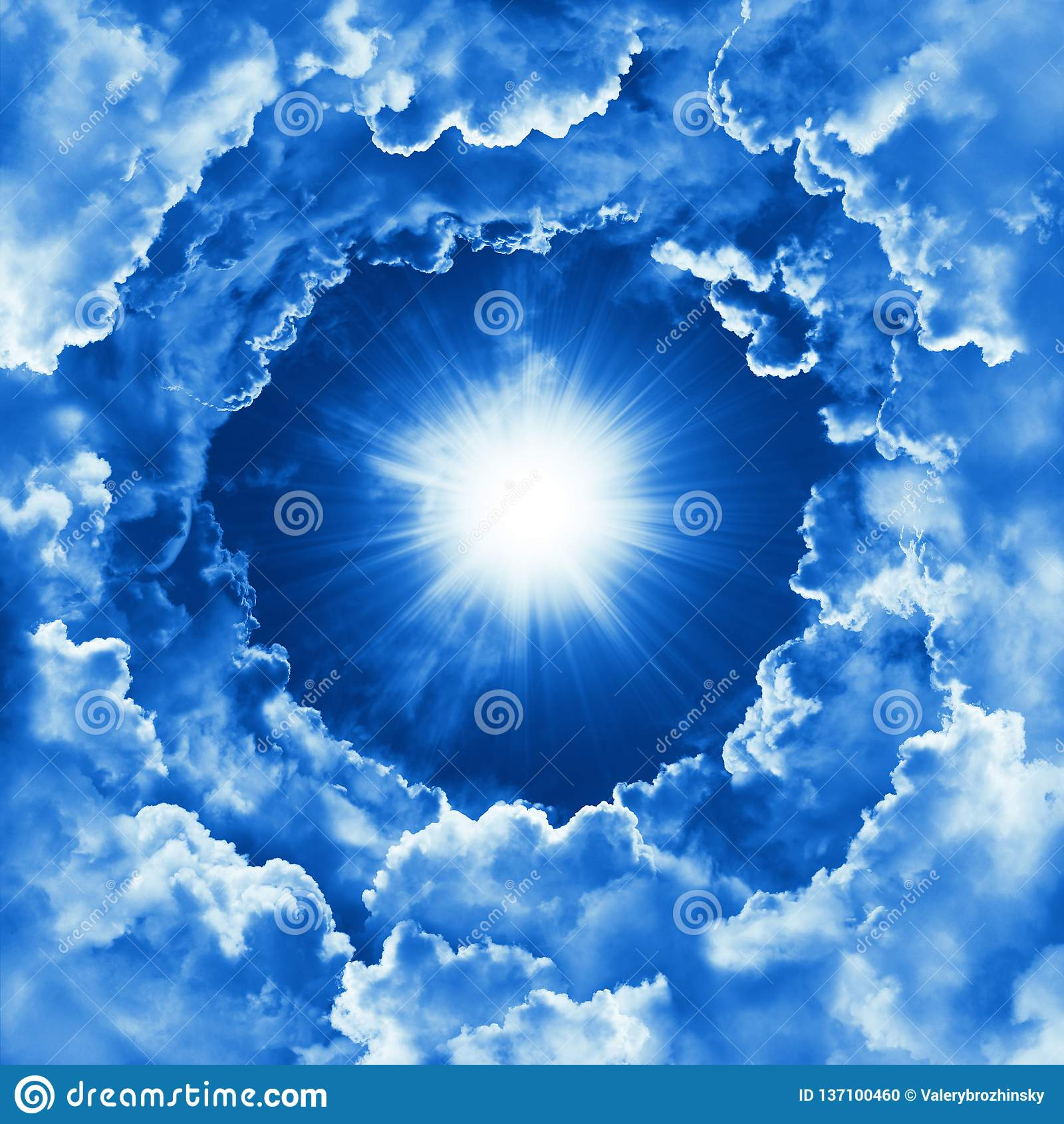 Himla- bakgrund med dramatiska moln Religionbegrepp av gudomlig glänsande himmel, ljus Himmel med det härliga molnet och solsken