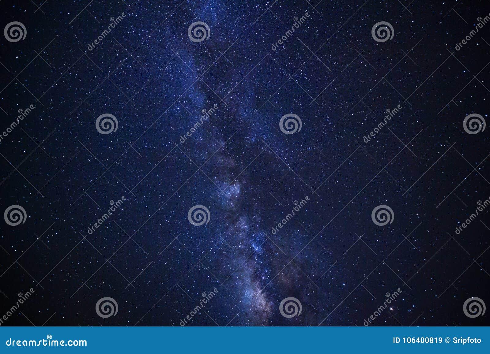 Himmel för den stjärnklara natten, galaxen för mjölkaktig väg med stjärnor och utrymme dammar av in
