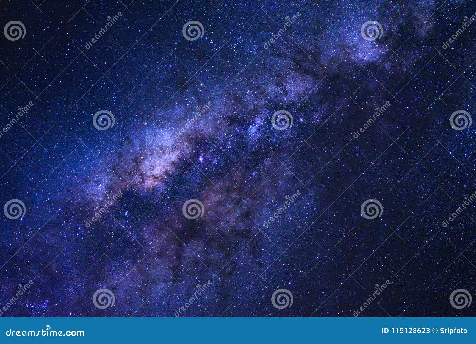 Himmel för den stjärnklara natten och galaxen för mjölkaktig väg med stjärnor och utrymme dammar av