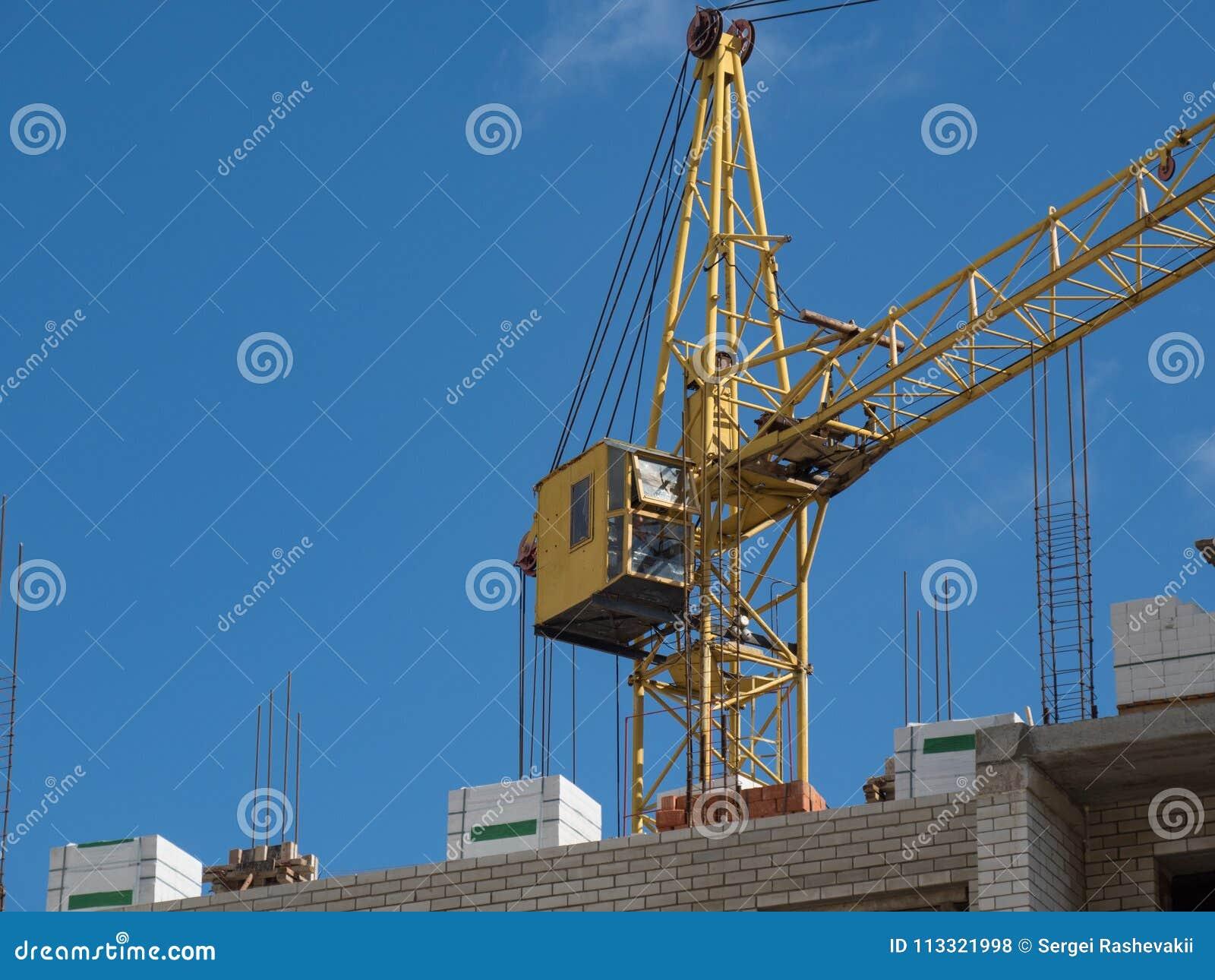 Himmel för fönster för tegelsten för kran för konstruktion för stadsnybyggemång--våning byggnad frilufts- bostads- komplex