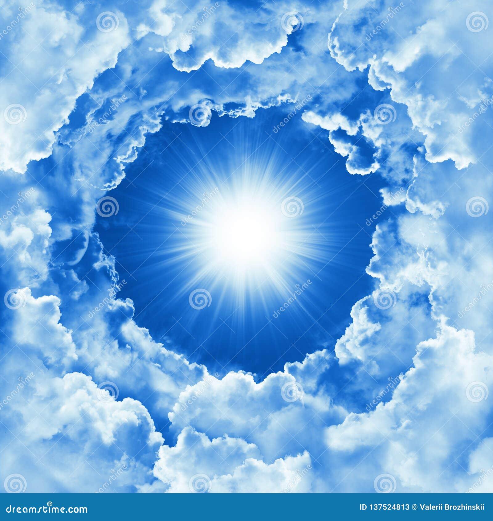 Himmel med det härliga molnet och solsken Bakgrund för himmel för religionbegrepp himla- Solig dag gudomlig glänsande himmel, lju