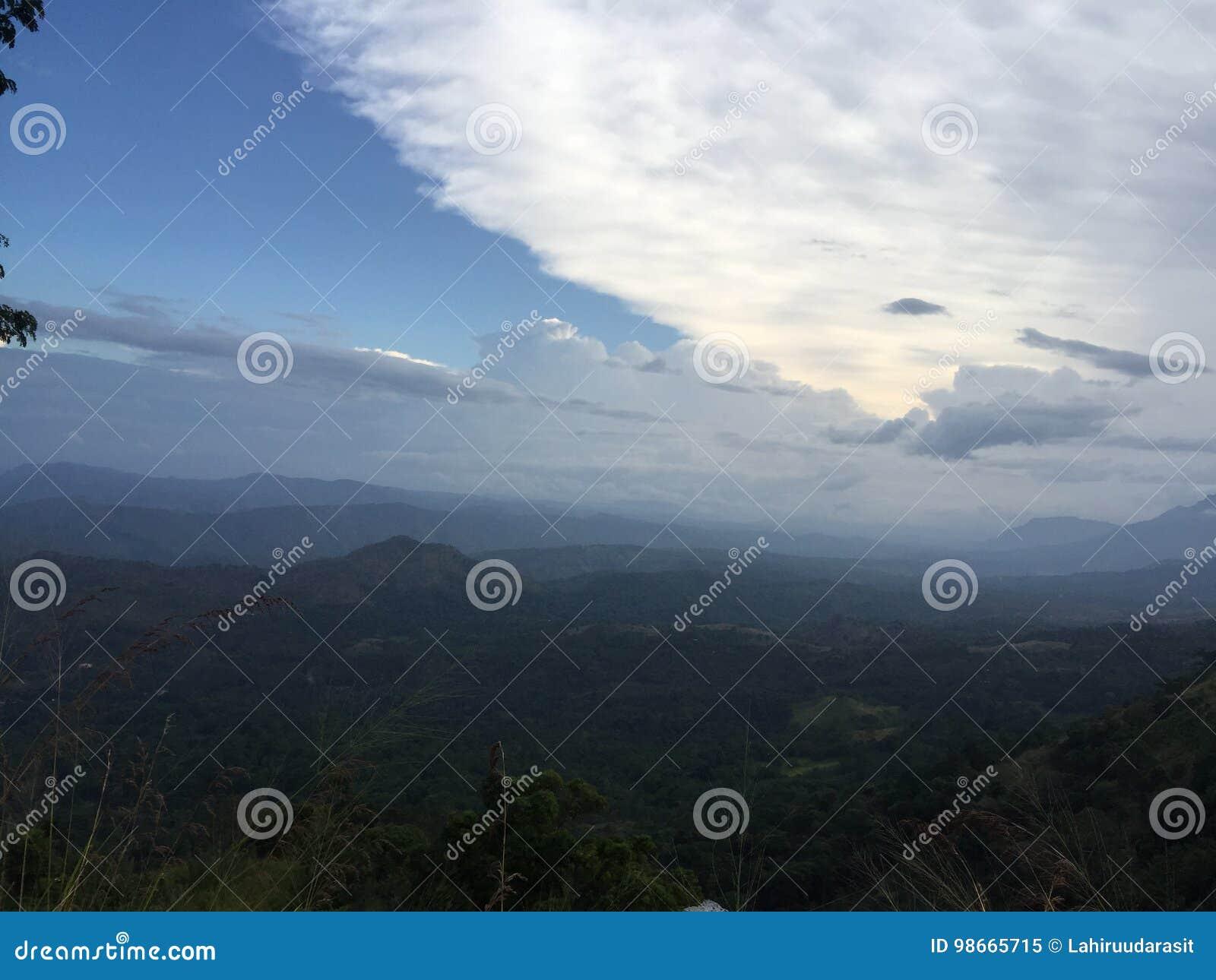 Himmel mit Gebirgshintergrund
