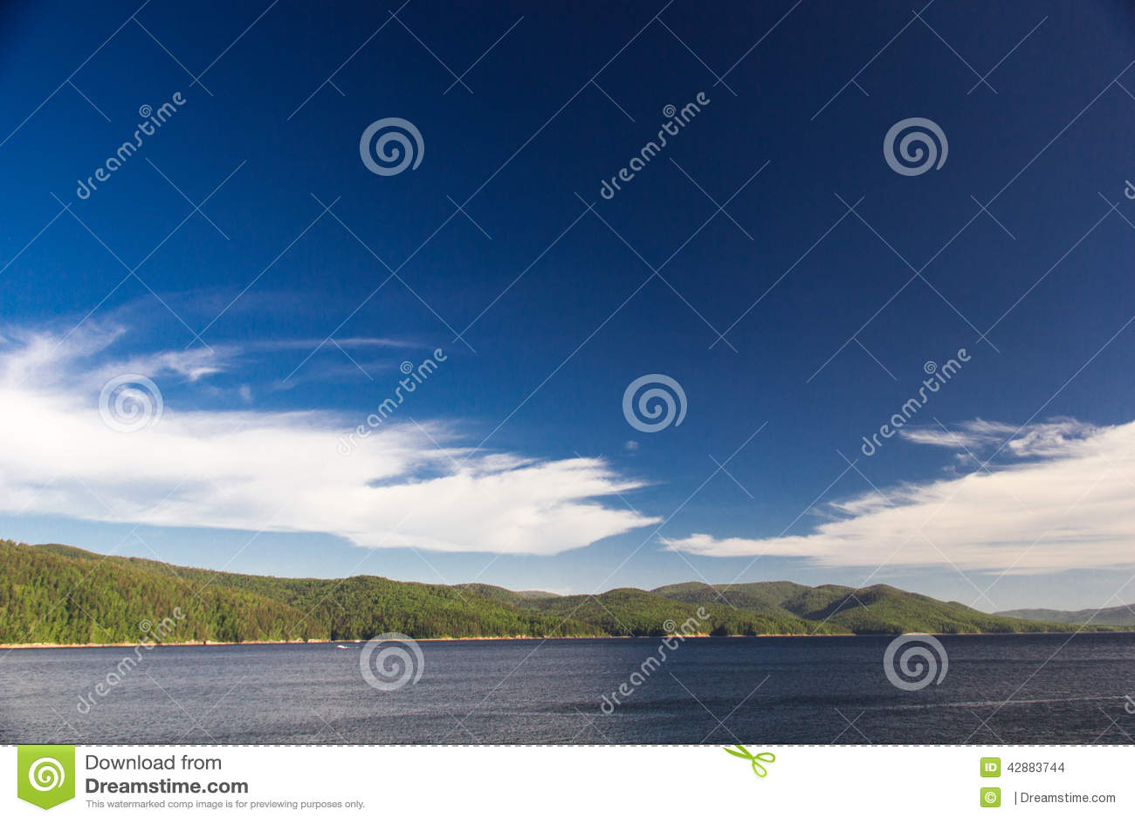 Himmel und Wald auf dem Enisey-Fluss